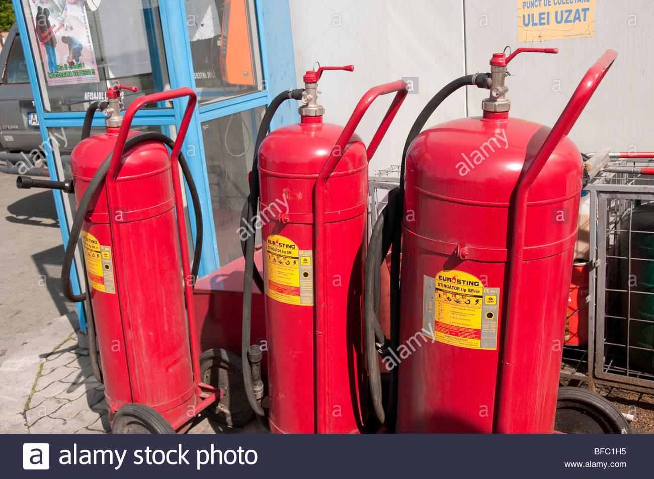 Grande polvere secca estintore nella stazione di benzina vicino a
